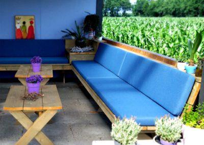 Terraskussens op steigerhouten terras loungebanken