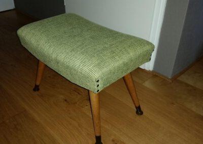 Voetenbankje jaren 50 bekleed met groene mooie geweven stof door Anita Pareldesign Friesland en Groningen