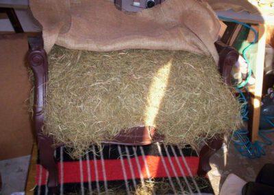 Ouderwetse leunstoel vulling van natuurlijk materiaal - Anita Pareldesign meubelstoffeerder Groningen en Friesland